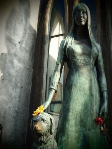 Statue of Liliana Crociati de Szaszak and her dog Sabu
